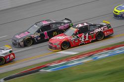 Kurt Busch, Stewart-Haas Racing Chevrolet y Jamie McMurray, Chip Ganassi Racing Chevrolet