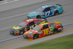 Kyle Busch, Joe Gibbs Racing Toyota y Clint Bower, Michael Waltrip Racing Toyota con Ricky Stenhouse