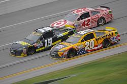 Matt Kenseth, Joe Gibbs Racing Toyota y Carl Edwards, Joe Gibbs Racing Toyota con Kyle Larson, Chip