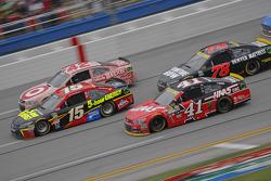 Kurt Busch, Stewart-Haas Racing Chevrolet y Clint Bower, Michael Waltrip Racing Toyota con Kyle Lars