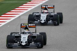 Серхио Перес, Sahara Force India F1 VJM08 едет впереди Нико Хюлькенберга, Sahara Force India F1 VJM08