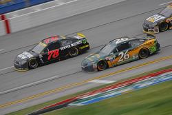J.J. Yeley, BK Racing Toyota y Martin Truex Jr., Furniture Row Racing Chevrolet