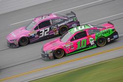 Danica Patrick, Stewart-Haas Racing Chevrolet y Bobby Labonte, GoFAS Racing Ford