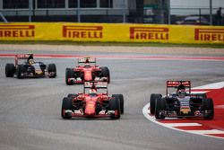 Sebastian Vettel, Ferrari SF15-T et Max Verstappen, Scuderia Toro Rosso STR10 en lutte pour une position