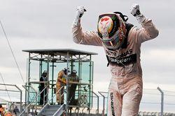 Победитель гонки и чемпион мира - Льюис Хэмилтон, Mercedes AMG F1 празднует в закрытом парке
