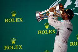 Podium: Ganador de la carrera y campeón del mundo Lewis Hamilton, Mercedes AMG F1