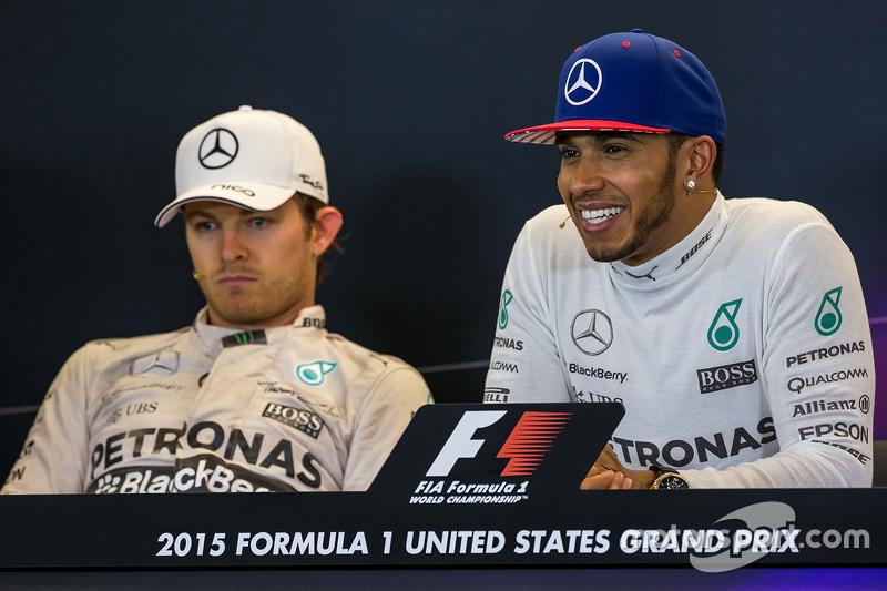 Le deuxième, Nico Rosberg, Mercedes AMG F1 avec son équipier, vainqueur et Champion du Monde Lewis Hamilton, Mercedes AMG F1 lors de la conférence de presse de la FIA