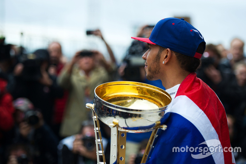 Le vainqueur et Champion du Monde Lewis Hamilton, Mercedes AMG F1 fête son titre avec l'équipe
