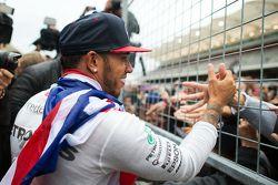 Lewis Hamilton, Mercedes AMG F1, feiert mit den Fans