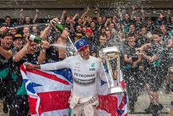 Ganador de la carrera y Campeón Mundial, Lewis Hamilton, Mercedes AMG F1 celebra con su equipo.