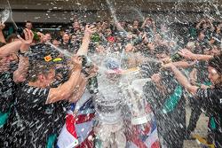 Победитель гонки и чемпион мира - Льюис Хэмилтон, Mercedes AMG F1 празднует с командой