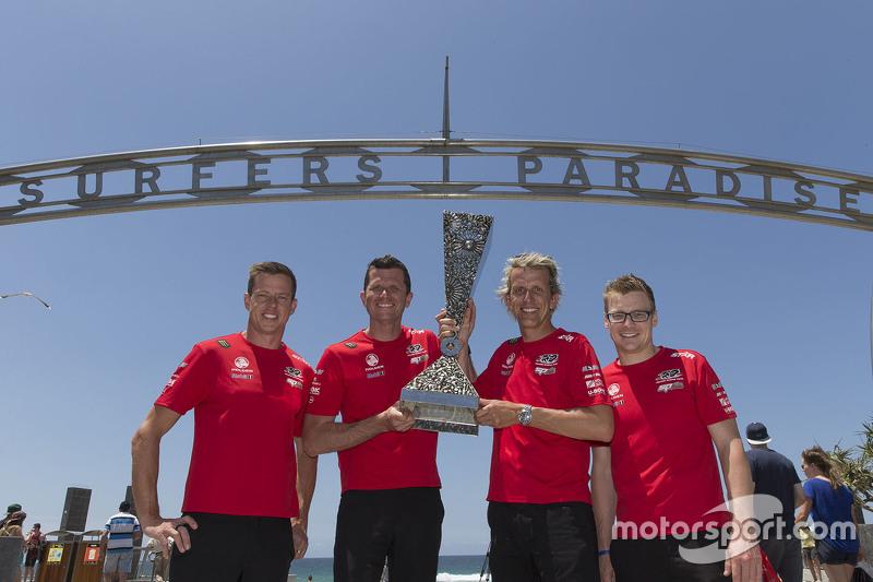 Pirtek Endure Cup переможці Гарт Тандер та Уоррен Лафф, Holden Racing Team та Gold Coast 600 переможці Джеймс Кортні та Jack Perkins, Holden Racing Team