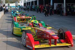 Le vetture schierate lungo la pit lane