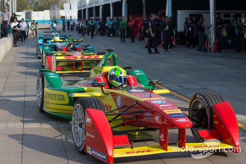 Mobil-mobil Formula E di pitlane