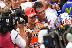 Победитель гонки - Дани Педроса, Repsol Honda Team празднует с командой