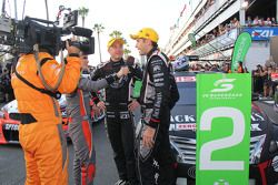 Tweede plaats Rick Kelly en David Russell, Nissan Motorsports met de media