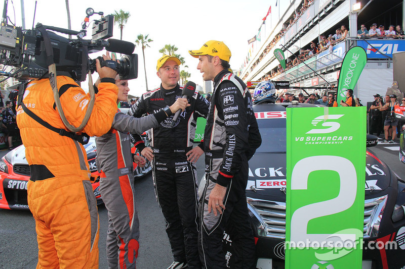 Tweede plaats Rick Kelly en David Russell, Nissan Motorsports met de media