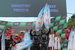 Podium: winnaars James Courtney en Jack Perkins, Holden Racing Team en tweede plaats Rick Kelly en D