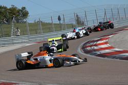 Гоночные автомобили Формулы Суперлига во время гонки чемпионата BOSS GP