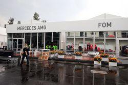 I paddock Mercedes AMG F1 e FOM in costruzione