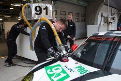 #91 Porsche Team Manthey Porsche 911 RSR mechanics