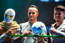 (I a D) Místico Luchador, Lewis Hamilton, Mercedes y Oribe Peralta jugador del equipo América de Futbol