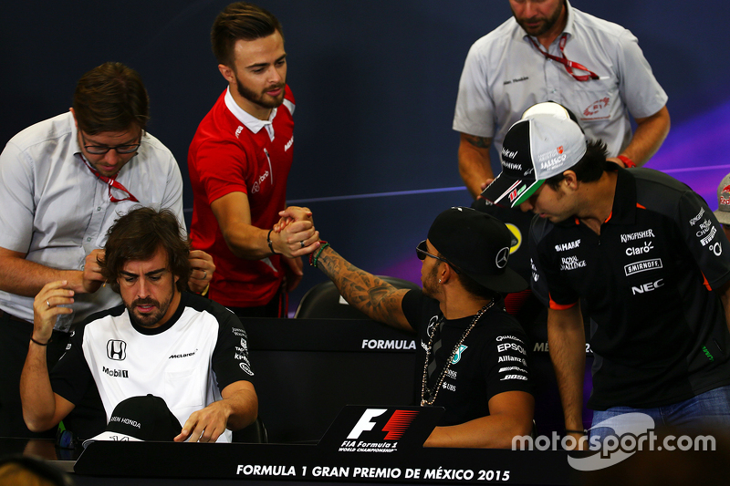 Will Stevens, Manor Marussia F1 Team y Lewis Hamilton, Mercedes AMG F1 en la conferencia de prensa de la FIA