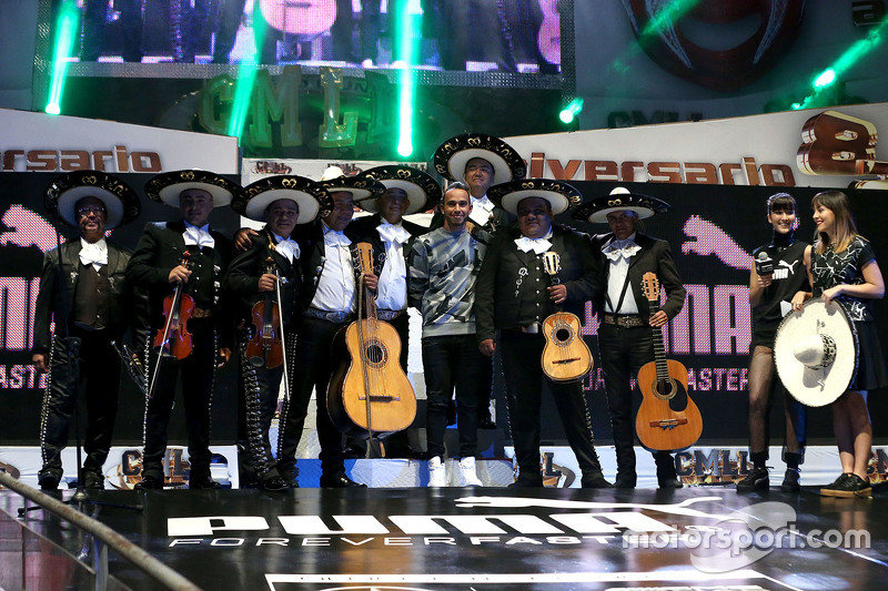 Lewis Hamilton participa en un evento de lucha libre mexicana en la ciudad de México