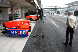 Берни Экклстоун рядом с гаражами команды Manor Marussia F1 Team