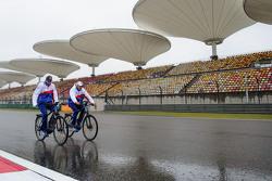 Toyota yarış pilotları pistte bisiklet sürüyor