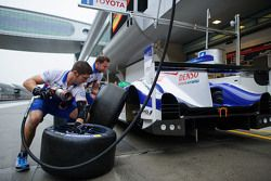 Toyota Racing mechanics practice pitstop