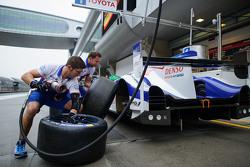 Toyota Racing mekanikerleri pitstop antrenmanı yapıyor