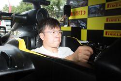 袁波 中国GT车手 玩倍耐力模拟器