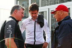 Otmar Szafnauer, Sahara Force India F1 Chief Operating Officer met Toto Wolff, Mercedes AMG F1 aande