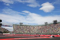 Fernando Alonso, McLaren MP4-30 devant Valtteri Bottas, Williams FW37