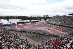 Lewis Hamilton, Mercedes AMG F1 W0, devant Valtteri Bottas, Williams FW37