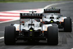 Nico Hulkenberg, Sahara Force India F1 VJM08 et Sergio Perez, Sahara Force India F1 VJM08 à la sortie des stands
