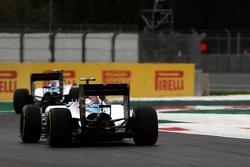 Valtteri Bottas, Williams FW37 volgt ploegmaat Felipe Massa, Williams FW37