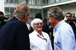 Former Spanish King Juan Carlos with Bernie Ecclestone, and Carlos Sainz (ESP)