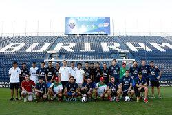 Chang futbol takımı ile fotoğraf