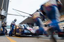 #1 Toyota Racing Toyota TS040 Hybrid: Sébastien Buemi, Anthony Davidson, Kazuki Nakajima pitstop