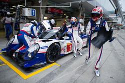 #1 Toyota Racing Toyota TS040 Hybrid: Sébastien Buemi y Kazuki Nakajima pitstop