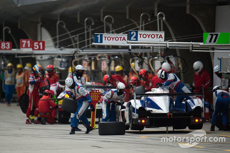 السيارة رقم 1 تويوتا تي إس 040 الهجينة: سيباستيان بويمي، أنتوني دايفيدسون، كازوكي ناكاجيما وقفة الصيانة