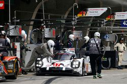 #17 Porsche Team Porsche 919 Hybrid: Timo Bernhard, Mark Webber, Brendon Hartley pitstop