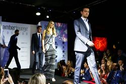 Jolyon Palmer en Carmen Jorda, Lotus F1 Team op de Amber Lounge Fashion Show