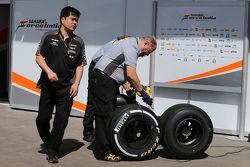 Jun Matsuzaki, Ingénieur Pneumatique Sahara Force India F1 Team avec des pneus Pirelli