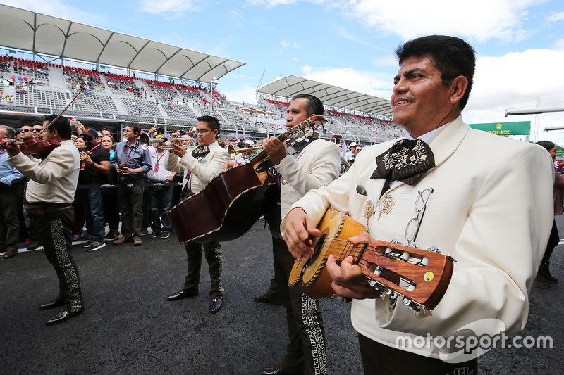Een Mariachi band speelt bij de Sahara Force India F1 Team garage
