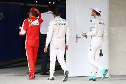 Le troisième, Sebastian Vettel, Ferrari SF15-T avec le deuxième, Lewis Hamilton, Mercedes AMG F1 W06 et le poleman Nico Rosberg, Mercedes AMG F1 W06