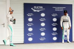 Le poleman Nico Rosberg, Mercedes AMG F1 dans le Parc Fermé avec son équipier Lewis Hamilton, Mercedes AMG F1