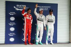 Ganador de la pole Nico Rosberg, de Mercedes AMG F1 y tercer lugar, Sebastian Vettel, Ferrari y el s